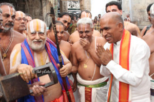 Chief Pontiff of Andavan Ashramam worships at Tirumala